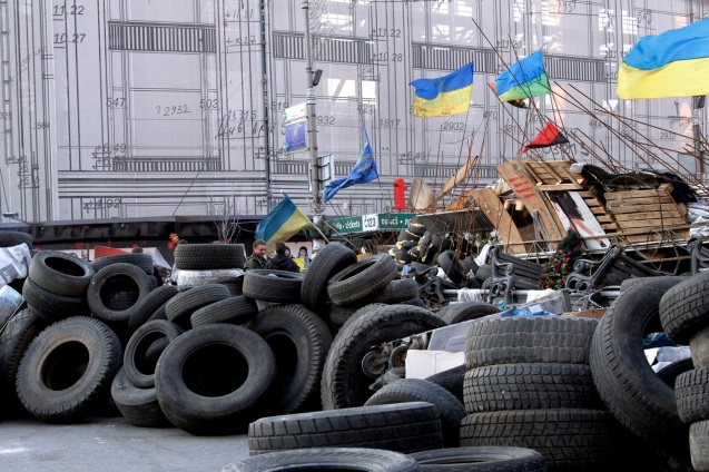 Size of Euromaidan barricades overwhelms locals passing through